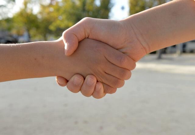 握手している写真