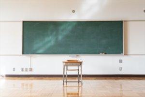 教室の黒板と座席の風景