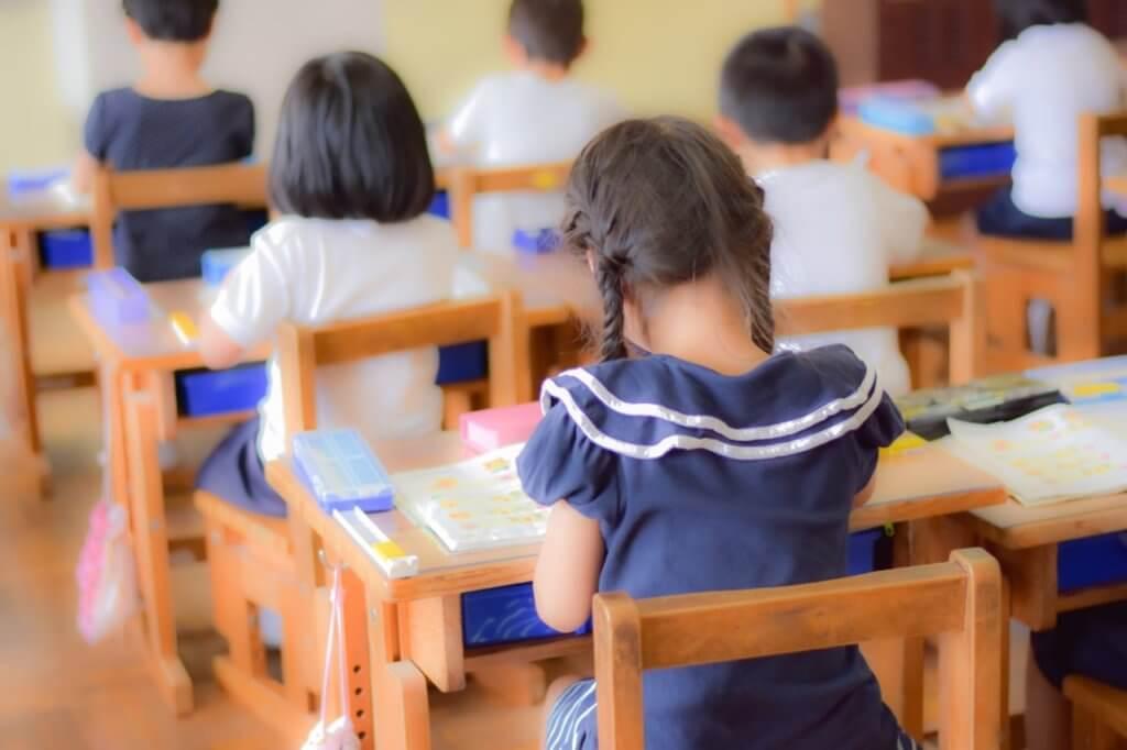 学校での学びをする女の子