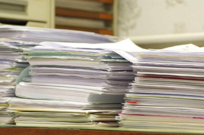 山積みの書類やアンケート