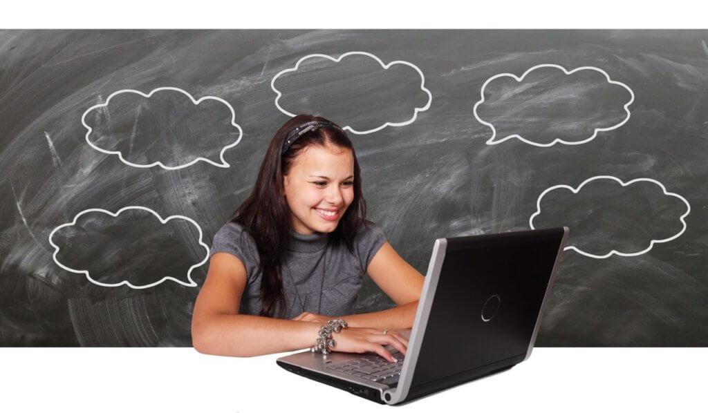 PCと向き合う笑顔の女性