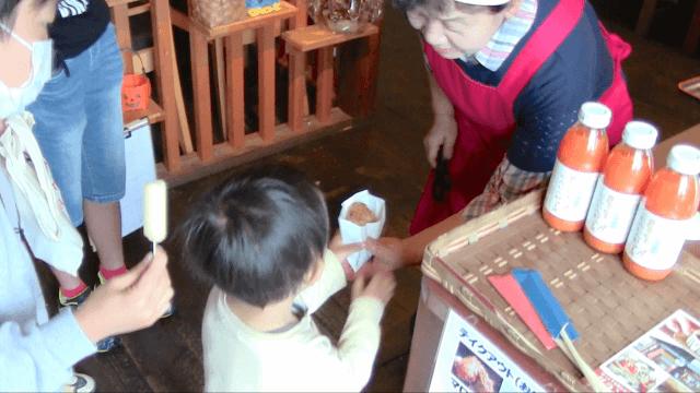 まちあるきプログラミング in 笠間:地域の食べ物をもらう子供たち