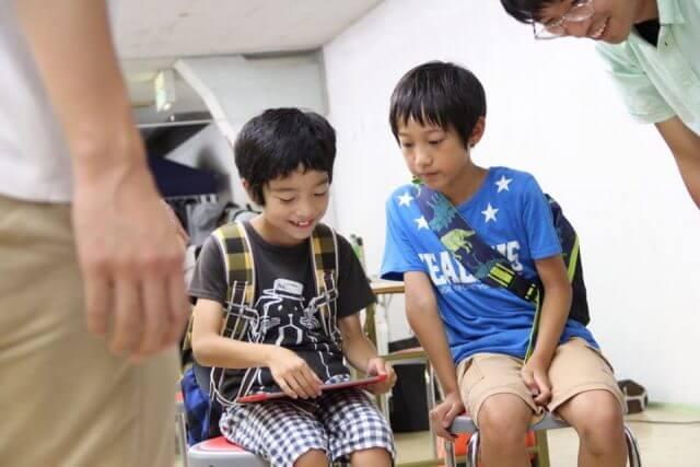 Sphero社のSPRK+を楽しみながら操作する子供たち