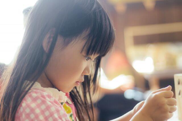 生きやすい環境と生き抜く力:自分の世界に入り込んでいる女の子