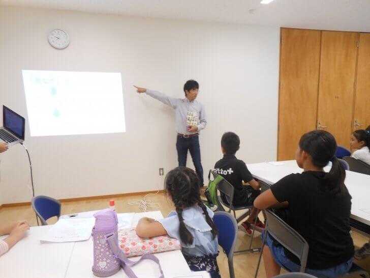 2017笠間公民館「オリジナル絵本をつくる」:絵本の作り方について説明する講師